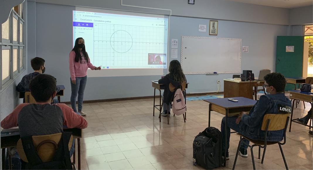 Profesora Patricia Cortés. Clase de Matemática, décimo año.